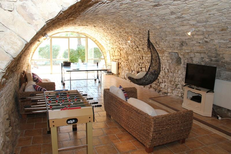 apd04aub1- salle de jeux dans ancienne bergerie